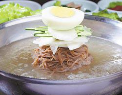 冷麵 採用蕎麥麵搭配牛骨高湯、白蘿蔔片、水梨片及小黃瓜,風味清甜爽口。(