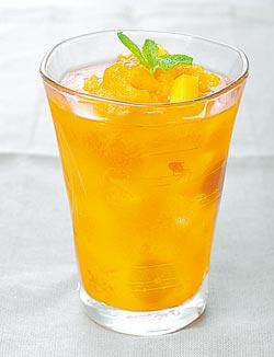 芒果雪泥飄浮冰茶。