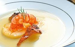 雞油菌菇蝦子干貝清湯/以雞肉和蔬菜為底製作的法式澄清湯,湯色澄澈,滋味非常清爽而簡單。