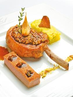 伊比利豬排/帶骨的伊比利豬排肉質細緻軟嫩、香氣豐富,搭配的皺葉高麗菜和馬鈴薯泥的表現也很搶眼。
