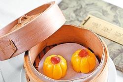 蓮蓉南瓜糰180+10%元▲外皮僅以日本小南瓜和糯米粉製作,天然色澤黃澄,內裡包裹的蓮蓉餡香甜而不膩。