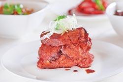 老上海燻魚280+10%元▲帶有厚度的魚片先酥炸,再浸入老滷汁製成,外皮吸飽醬汁不說,內裡仍保持柔軟,乍看之下好像牛肉塊。