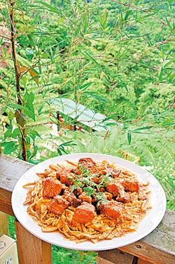 ▲坐在鹿谷鄉農會田園料理館,遠眺小半天美景,大啖筍香焢肉。