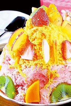 水果嘉年華/149元▲採用桑椹與芒果兩種雪花冰底,搭配五顏六色的繽紛水果,賣相十足。