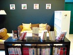 「布克旅人」舒適的客廳適合閒散窩著讀書。
