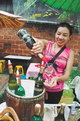 周日夜市有清邁產的紅白酒廠商設攤,試飲一杯只要泰銖20元。(樂活營養師提醒:未滿十八歲不得購買菸酒)黃麗如/攝影