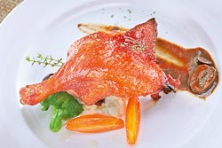 ▲法式煙燻鴨腿磨菇紅酒醬,480元晚間套餐主菜,宜蘭櫻桃鴨的魅力,盡在這一腿。攝影  鄧博仁
