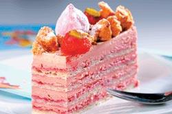 紅色情迷/110元 ▲以杏仁蛋糕搭配覆盆子夾餡與棉花糖,是店裡唯一非巧克力風味的蛋糕。攝影  鄭夙玲