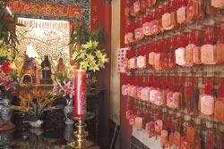 ▲北港朝天宮的月老相當靈驗,周邊總是掛滿姻緣順利的祈願卡。攝影  陳志東