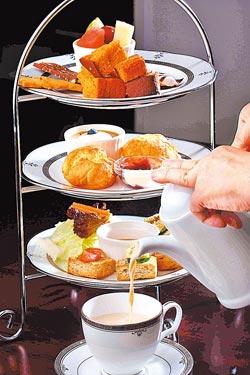 英式下午茶/250元▲以三層盤盛放三明治、甜點及水果沙拉,可搭配一壼茶品。攝影  鄭夙玲