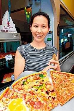 手工比薩/單片90~100元▲布宜諾的手工比薩有18吋大,只要點一片就有飲料無限暢飲。攝影  鄭夙玲