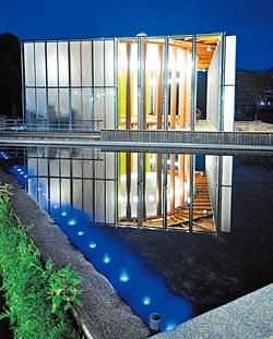 ▲倒映在池塘裡的紙教堂有一股寧靜之美。攝影  劉宗龍