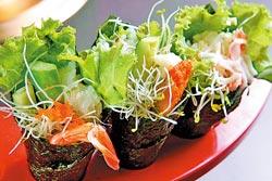 手捲▲海棠紅現做日式手捲,有鮮蝦、蘆筍、豬排等口味。攝影  楊為仁