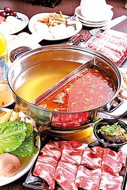 麻辣+膠原蛋白鴛鴦鍋▲客人可任選兩種湯底,圖中麻辣和膠原蛋白鍋是人氣招牌。攝影  楊為仁