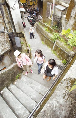 ▲遊逛烏勢巷,體驗九份優閒的山城面貌。攝影  范揚光