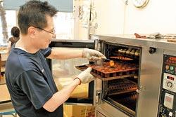 烘焙過程▲軟木塞蛋糕必須以中溫烘焙一個小時,烘烤過程中需不斷檢視。攝影  楊為仁