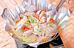 ▲泰式海瓜子泡飯鍋/320元+10% 鮮嫩的海瓜子搭配濃郁的湯汁,滋鮮味美,溫順的湯汁拿來泡飯,又是另外一種享受。