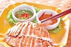 ▲嫩烤松阪豬/380元+10% 表層煙燻過的松阪豬肉,搭配魚露醬或特調醬,前者酸甜、後者鹹香。