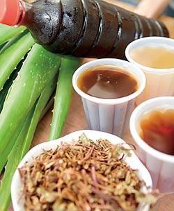 ▲每家青草店的茶飲,都有獨門配方,口味約略不同。攝影  陳信翰