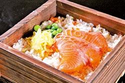 和風鮮鮭魚炊飯/午間套餐食事▲拌過鮭魚鬆的白米飯,經過調味再擺上烤鮭魚,簡單又不失和風味。攝影  楊為仁