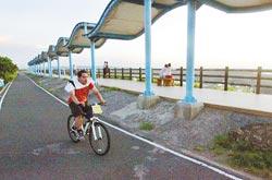 沿著17公里海岸線,可以一路騎到竹南,是熱門的單車路線。攝影  范揚光