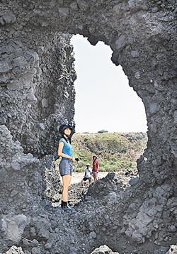 ▲綠島有很多海蝕洞,這2位姐妹站在洞口欣賞藍天白雲的變化,這畫面好有FU。攝影  王錦河