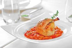 香煎油封檸檬雞佐普羅旺斯燉菜▲以60至70度的低溫烹調60分鐘,讓原本有嚼勁的雞腿變得細緻軟嫩。攝影  鄧博仁