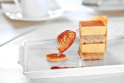 榛果蛋糕▲蛋糕中加入肉荳寇,增加有如甘草的特殊香氣,夾層的芒果慕斯口感厚實清爽。攝影  鄧博仁