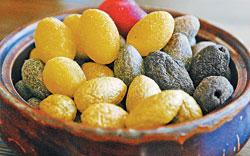 ▲寶山的橄欖蜜餞是代表性的特產,有七種不同的口味。橄欖茶是寶山特有的飲料,喝了可消脹氣。攝影  范揚光