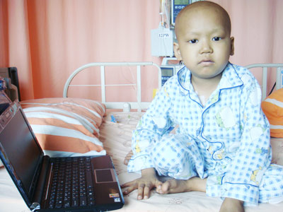 接力在病床上為飽受病魔折騰的阿龍圓夢,在看見電腦的那一瞬間,阿龍憂愁早熟的臉龐下,終於透露出一絲絲的靦腆笑容。