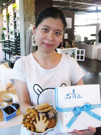 品青花—精緻手工餅乾禮盒,以代表青花的藍白相間色彩搭配,並以立體浮水印呈現青花特有的紋飾美感。