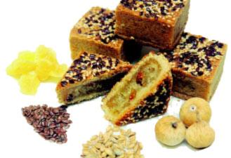 健康鳳梨酥不但減糖、減油,外皮使用添加小麥胚芽的二代全麥粉製作以提升纖維質,並調入肉桂粉襯托高雅香氣,內餡則將鳳梨餡與無花果碎結合,再沾裹亞麻子與芝麻
