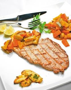 獵人豬里肌排/580元+10%▲碳烤豬排配上用酸黃瓜、紅蘿蔔、洋菇、西洋芹燴炒而成的蔬菜,酸辣重口味。攝影  陳麒全