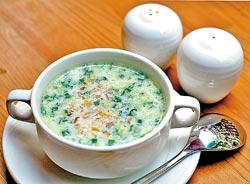 涼夏冷湯/180元+10%▲保加利亞的第一道前菜一定是湯品,冬天是扁豆湯或豬肉球湯,夏天就是優格冷湯。攝影  陳麒全