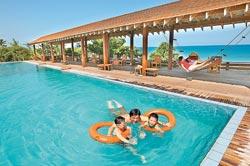 ▲福樟度假村裡有個標準戶外海水游泳池,就在太平洋邊,在這裡游泳很安全,而且感覺就像游在大海裡。攝影  王錦河