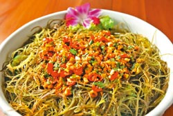 ▲福樟主人簡單料理海菜,脆脆的口感,很受熟女喜愛。攝影  王錦河