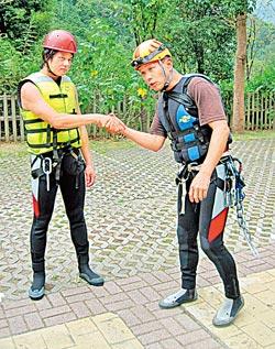 ▲溯溪前的安全訓練非常重要,尤其彼此環扣的安全握手法在行程中會時常用到。攝影  趙雙傑