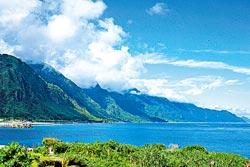 ▲東海岸的碧海藍天跟白雲,是台灣東部最美的景觀,搭乘觀光巴士前往很方便。攝影  陳志東