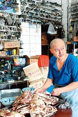 ▲正在處理骨肉的光頭粄條店老闆,背後就是他兼為客人打鑰匙的地方。攝影  陳志東