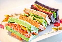 三明治餐/380元+10%▲胚芽麵包配龍蝦沙拉,抹茶麵包配三杯雞肉,墨魚麵包配煙燻牛肉片,還有爽脆的生菜和飯後甜點。攝影  鄧博仁