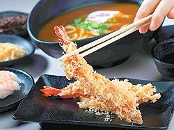 ▲天婦羅炸蝦/160元/烏龍麵套餐的主要配菜,口感酥脆不油膩,帶有蝦肉的彈Q甜味。攝影  鄭夙玲