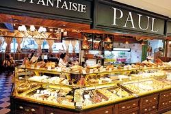 斥資3000萬元裝潢,PAUL麵包在精品樓層的專櫃之中,看起來特別易於親近,吸引過路客。攝影  高政全