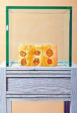 ▲將義大利專用的松露展示架拿來陳列義大利麵包,是Casa Prima裝高貴的好點子。攝影  王英豪