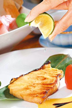 法式銀鱈西京燒780元套餐主菜+10%▲融合日式味噌與西式檸檬醬汁的特色。攝影  鄭夙玲