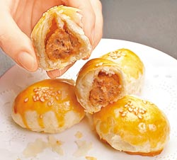 鮮肉一口酥/80元+10%(2粒)▲皮酥肉香的一口酥,運用南僑出品的精煉豬油,外皮絕不黏牙。攝影  陳麒全