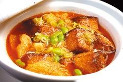 蟹黃豆腐煲/450元+10%▲集合兩種活蟹的膏黃,烹煮濃郁鮮香的蛋豆腐,滋味醇厚。攝影  陳麒全
