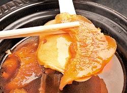 砂鍋紅燒鮑魚魚翅/950元+10%▲為了宴客而設計的高檔湯品,味道近似紅燒海參,濃味而下飯。攝影  陳麒全