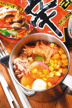 韓國辛辣麵/套餐150元▲以豬骨高湯烹煮韓國泡麵,再加肉片、青菜、魚板,吃起來有飽足感。攝影  鄭夙玲