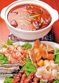 川七串串鍋/520元▲這道菜最有四川街頭的感覺,但麻辣加十全的湯頭,又拉回了台灣。攝影  陳麒全