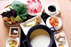 樂活豆漿鍋▲濃稠的湯底在食材上形成白色保護膜,選擇不同的肉類價格也不同,約在280?560元之間。攝影  鄧博仁
